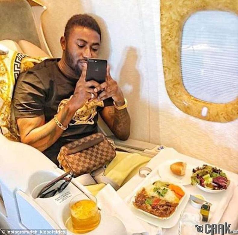 Хувийн онгоцны хоолны зургийг хуваалцаж буй залуу