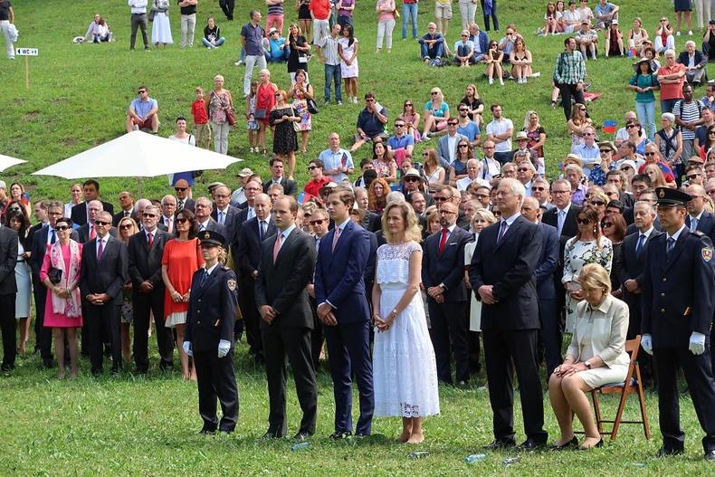 Лихтенштейн улс үндэсний баярын өдрөөрөө улсынхаа бүх иргэдийг Вадузын цайзад урьж тэмдэглэдэг