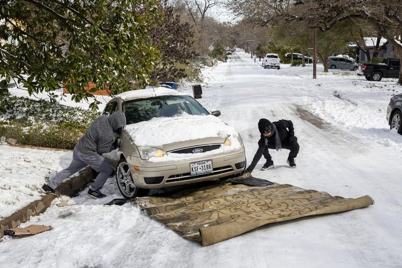 Хальтиргаатай өгсүүр өөд машинаа гаргахыг оролдож буй эрчүүд