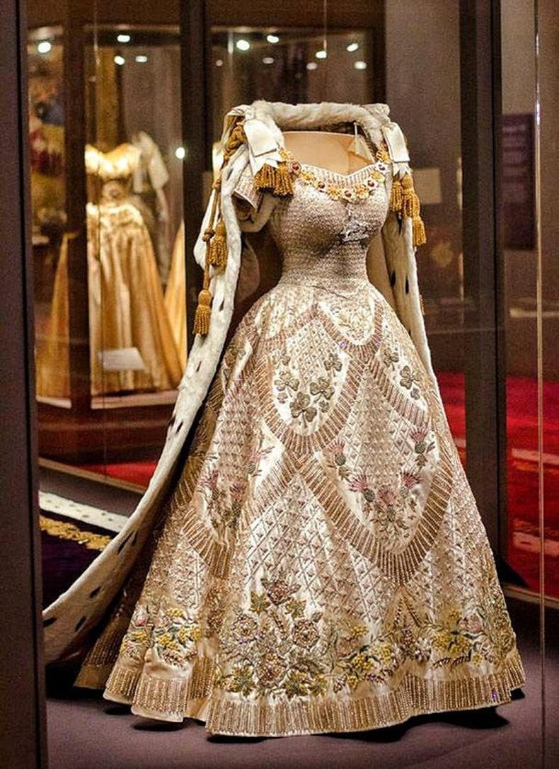 Хатан хаан Элизабетийн титэм зүүх үедээ өмссөн даашинз