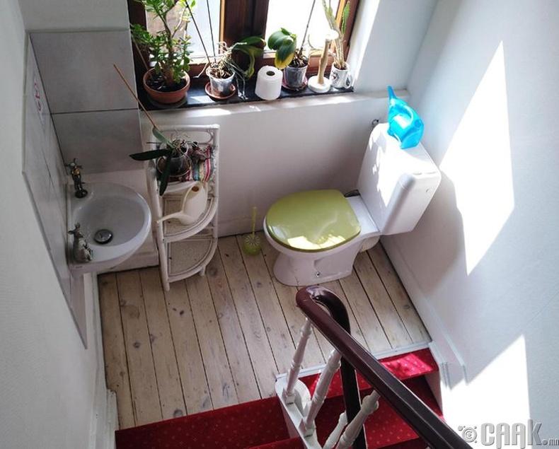 Шатны доорх ариун цэврийн өрөө