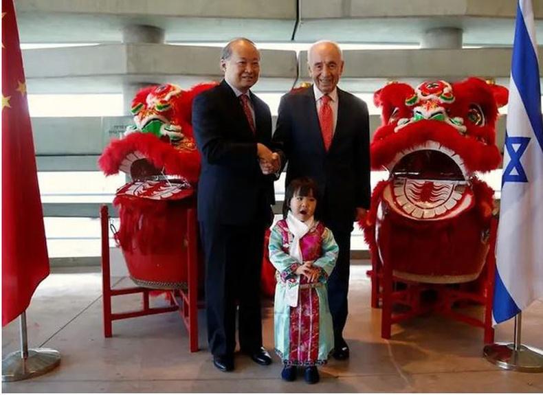 Израйль: Израилийн Ерөнхийлөгч асан Шимон Перес (баруун талд), Хятад улсаас Израиль Улсад суугаа Элчин сайд Жан Ёнчин нар Тель-Авивт 2016 оны 2-р сарын 8-ны өдөр Хятадын шинэ жилийн баярыг тэмдэглэх арга хэмжээний үеэр