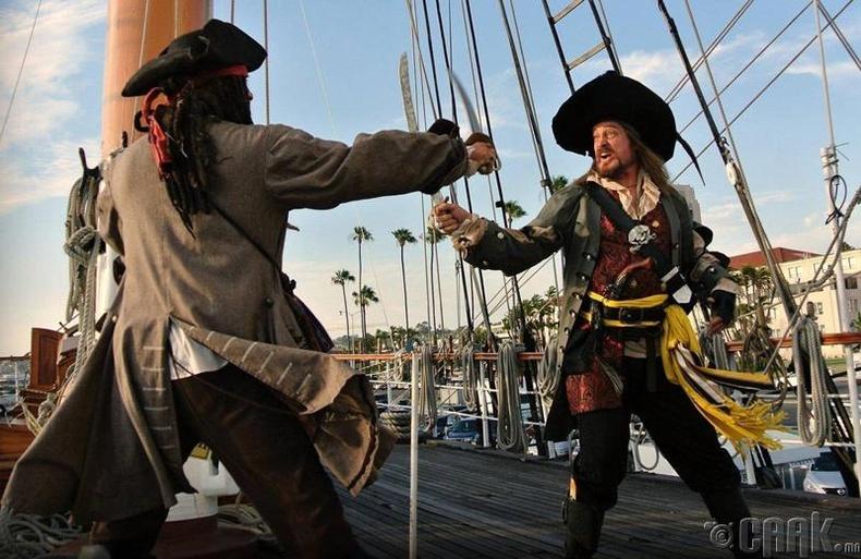Эрчүүд л зөвхөн далайн дээрэмчид болж чадна