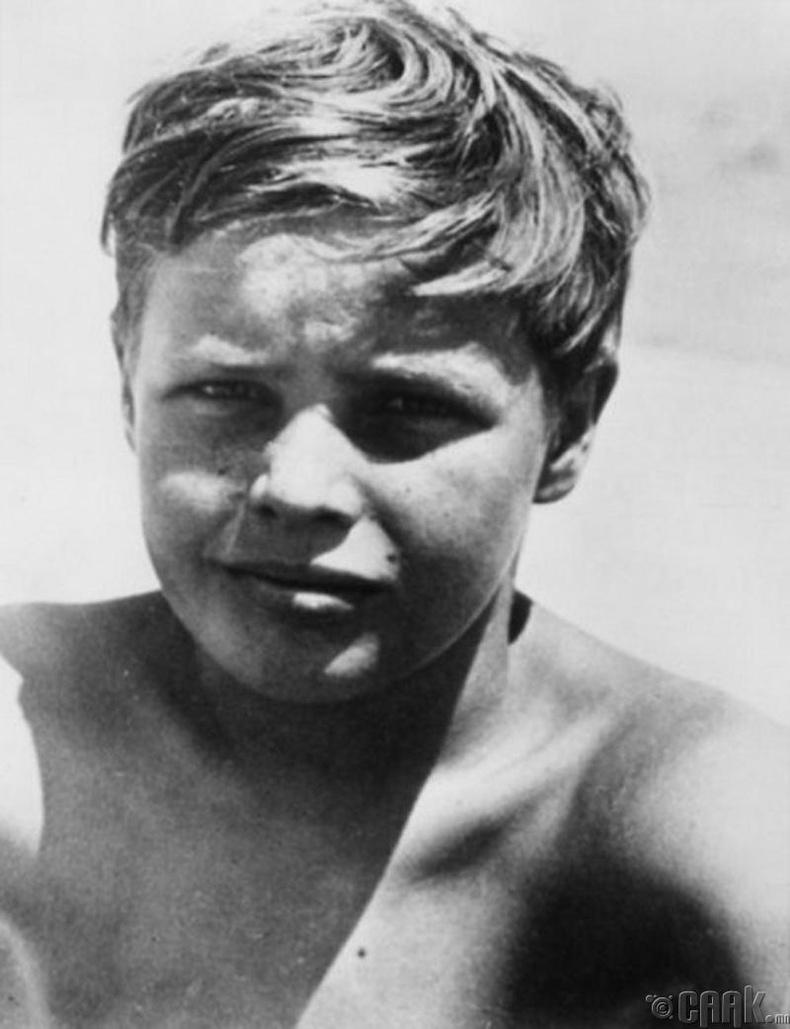 10 настай Марлон Брандо