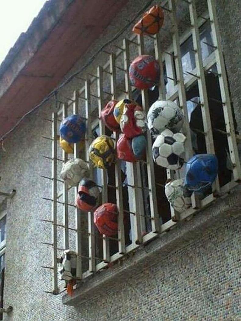 Цонхон доор хүүхдүүдийг бөмбөг тоглуулахгүй байх арга