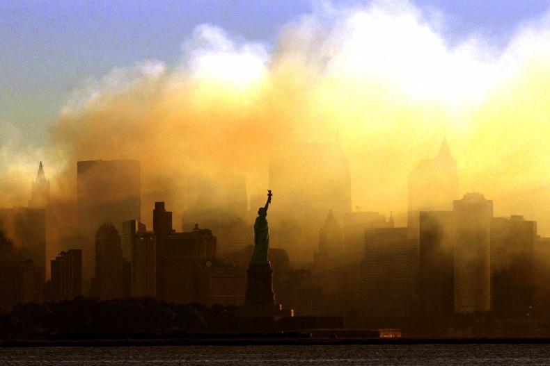 9-р сарын 15-ны өглөө Манхэттэний тэнгэр дэх утаа униар арилаагүй байгаа нь