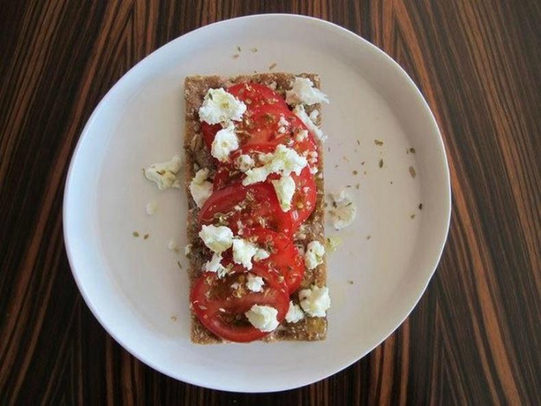 Улаан лооль, фета бяслагтай талх