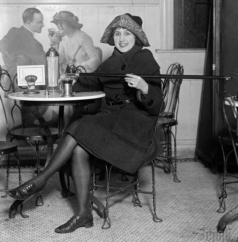 Согтууруулах ундаа хориглогдсон үед энэ бүсгүй таягаа архины лонх болгон ашиглажээ - Чикаго, 1925 он