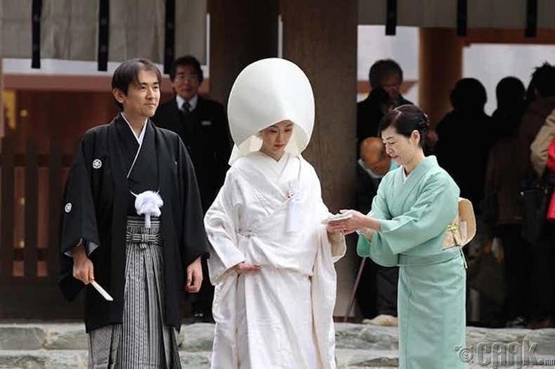 Ахмадыг хүндэтгэж, гэргий нь болох ёс (Япон)