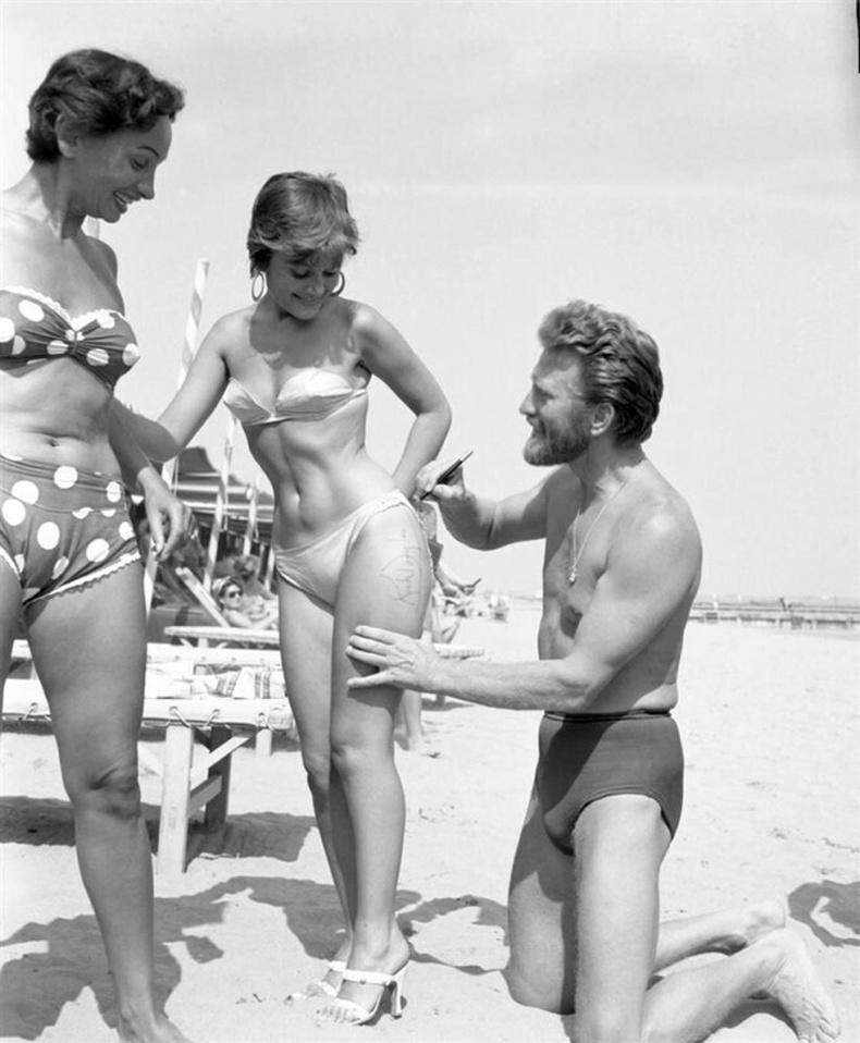Шүтэн бишрэгчдээ гарын үсгээ өгч буй Кирк Дуглас, 1953, Венец