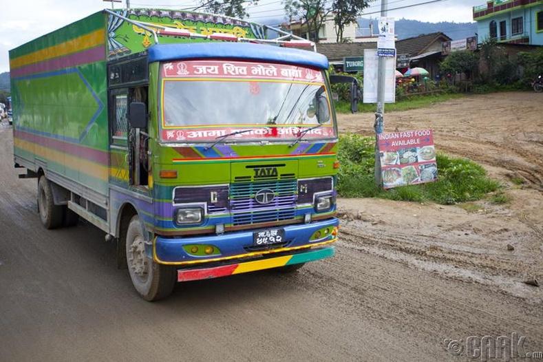 Өнгө алаглуулан будсан машинууд Балбын зам дээр олон тааралдана