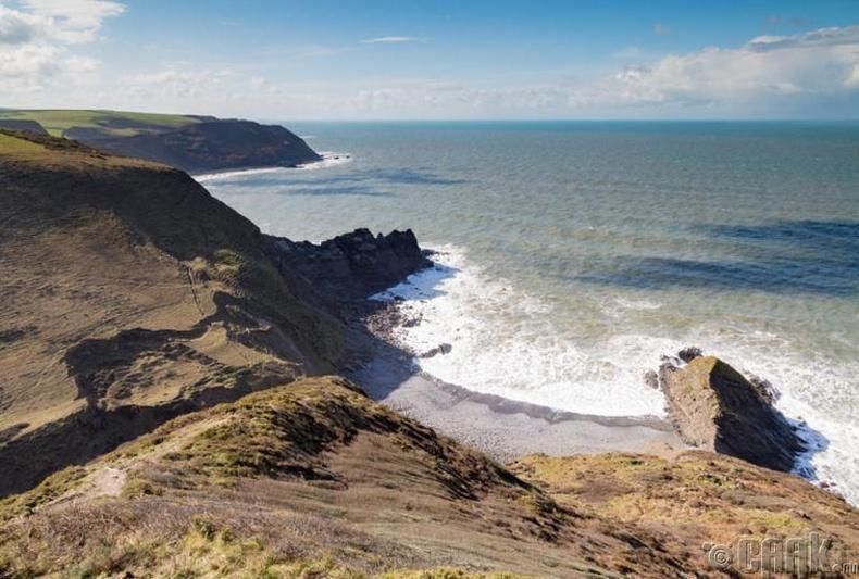 Английн Корнуолл дахь далайн эргийн хайрга, чулууг авбал 1,283 доллар хүртэлх торгууль төлдөг