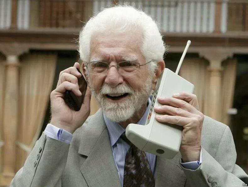 Анхны үүрэн телефоныг бүтээсэн Мартин Күүпер ухаалаг утастай өөрийн бүтээлээ харьцуулж байна