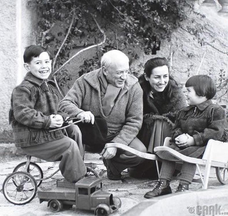 Зураач Пабло Пикассо (Pablo Picasso) эхнэр хүүхдийн хамт - 1952 он