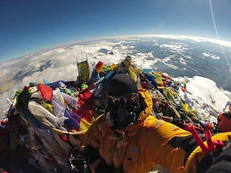 Эверестийн оргил дээр гишгэх зай бараг байдаггүй