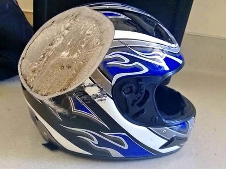 Мотоцикльтой 110 км/цагийн хурдтай явж байгаад осолдсоны дараа дуулга ийм болжээ