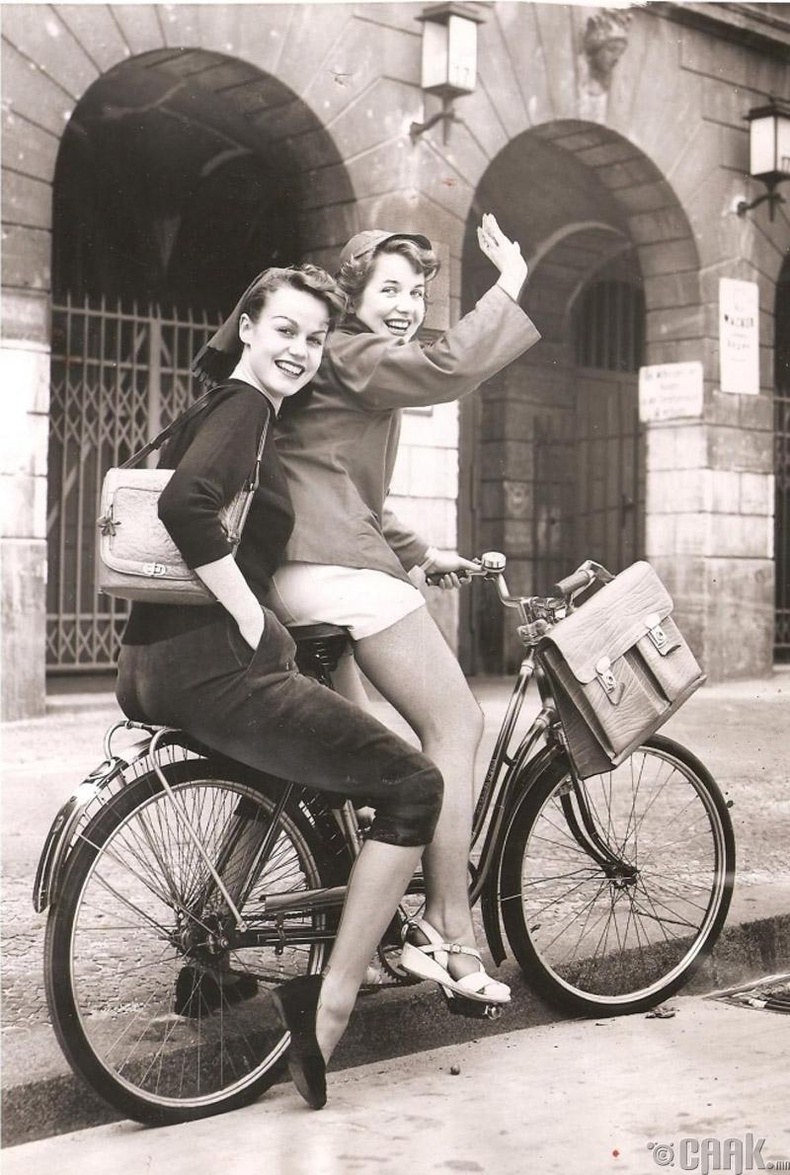 Баруун Берлинд охидыг сургууль дээрээ бариу, богино өмд өмсөхийг хориглодог байсан учраас энэ 2 охин сургуульдаа явахаасаа өмнө гэртээ харьж хувцсаа солих гэж байна - 1953 он