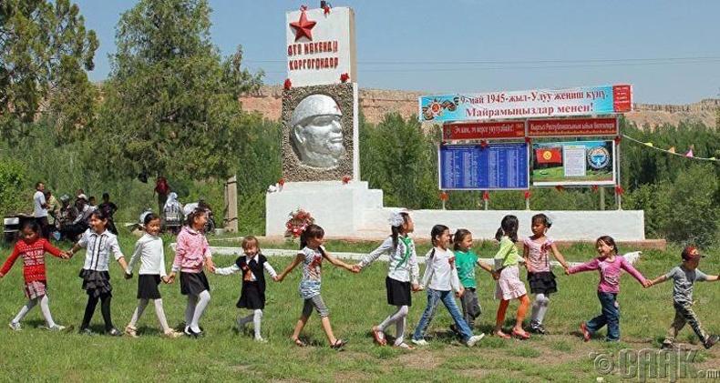 Киргизстан дахь Лениний хөшөөг 2-р дайны баатар болгон өөрчилжээ