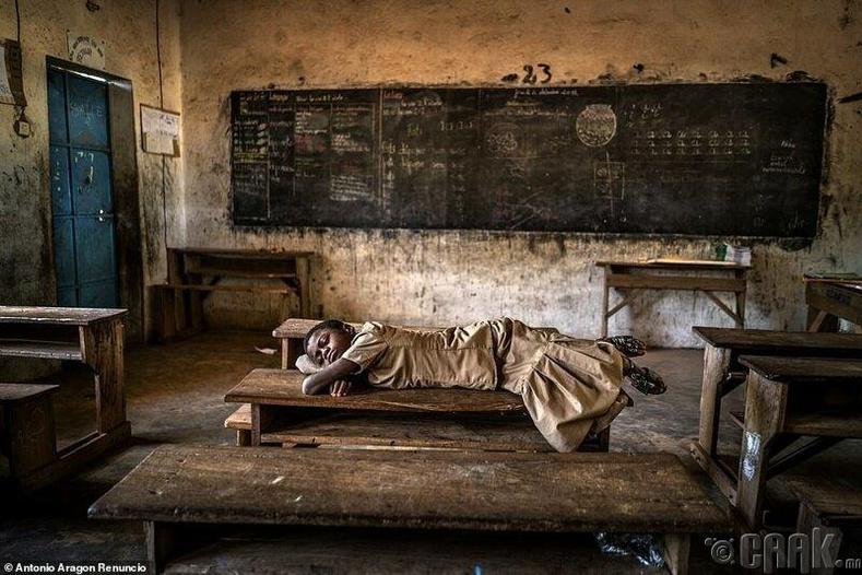 Буркина Фасогийн сургуульд унтаж буй хүү, Антонио Арагон Реунико
