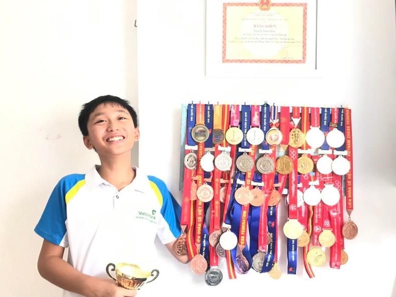 14 настай хүүгийн шатрын тэмцээнээс авсан медалиуд