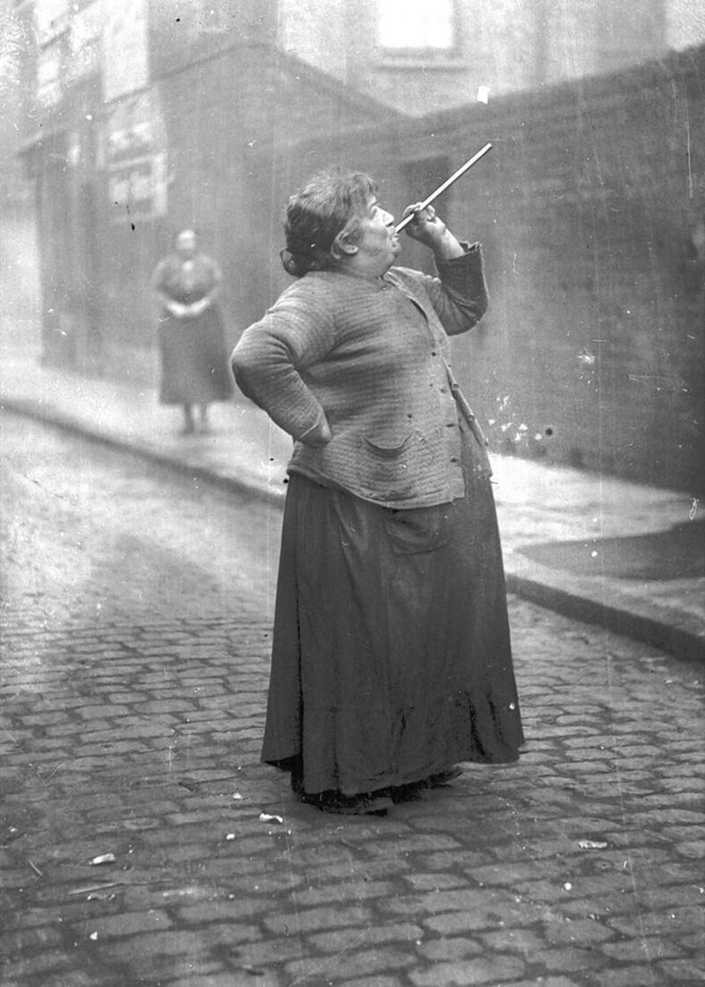Амьд сэрүүлэгтэй цаг: Хүмүүсийн цонх руу буурцаг харваж сэрээх ажилтай энэ эмэгтэй 7 хоногт 6 пенсийн цалин авдаг байжээ