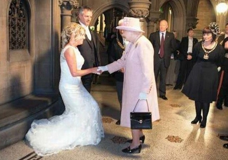 2012 онд Британийн нэгэн хос хатан хаан Элизабетийг наргианы зорилгоор хуримандаа урьсан байна. Гэвч хатан хаан хүрэлцэн иржээ.