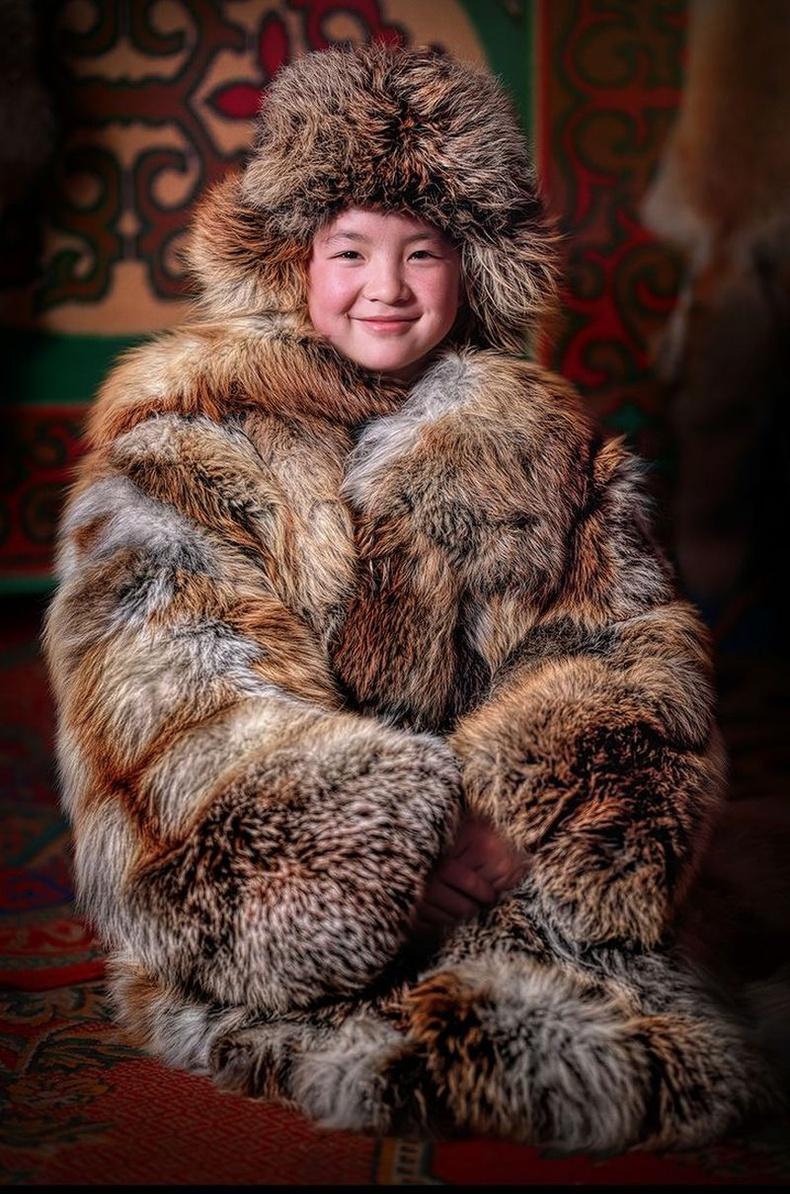 Казах охин үндэсний өвлийн хүрмээ өмссөн байгаа нь, Монгол.