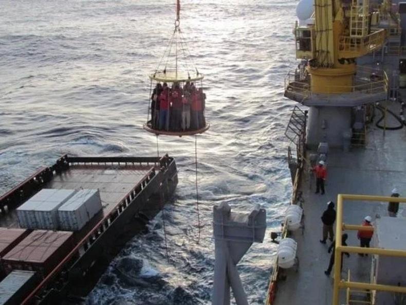 Далайн эргийн нефтийн уурхайн ажилчдыг зөөж байгаа нь