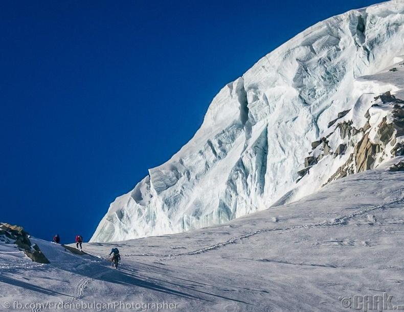 Монгол орны хамгийн өндөр оргил өөд өгсөх уулчид
