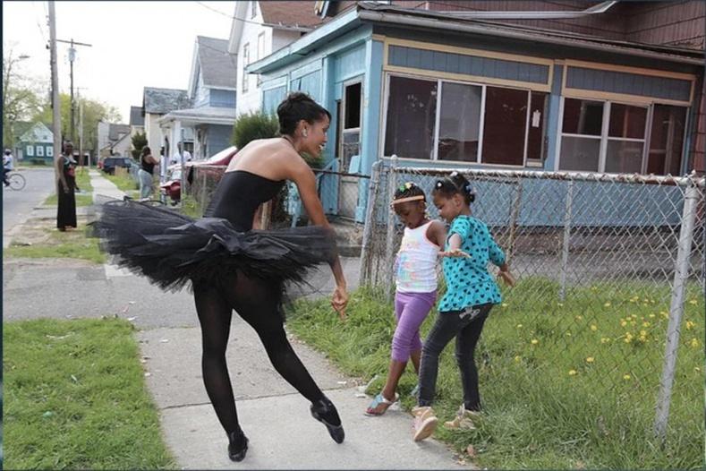 Энэ балетчин бүсгүй өмсгөлтэйгөө гадуур яваад хүүхдүүдэд бүжиг зааж өгдөг