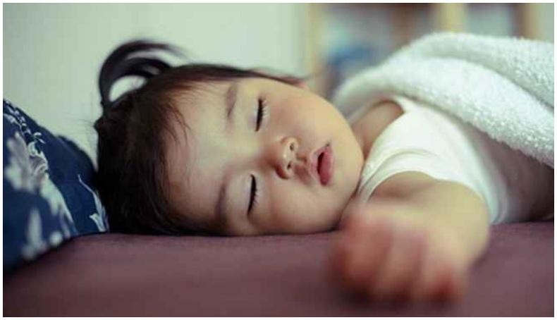 Хүүхдийг шөнийн турш бат бөх унтуулах 12 арга