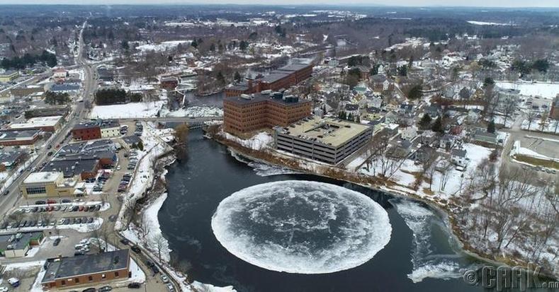 АНУ-ын Мэйн мужийн Вестбрүүк хот дахь гол дээр дув дугуй хэлбэртэй мөсөн хавтан бий болжээ