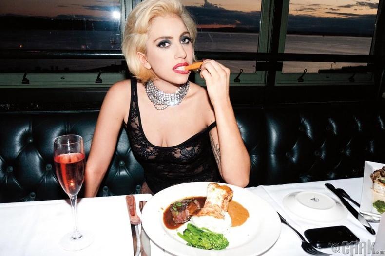 """Лэди Гага - Хот дог, """"Red Bull"""" энергийн ундаа"""