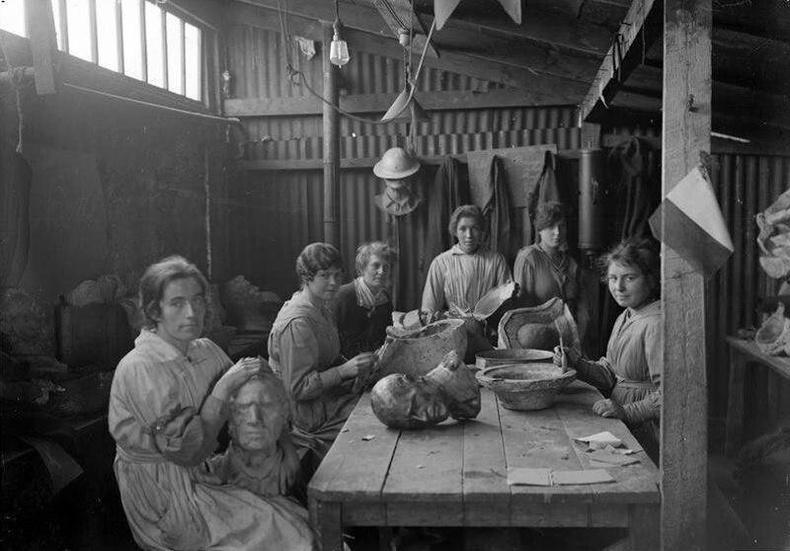 Дэлхийн 1-р дайны үеэр мэргэн буудагчдын байршлыг тогтоох зориулалттай хиймэл толгой хийж буй бүсгүйчүүд