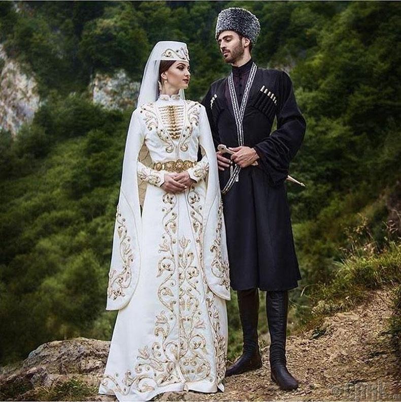 Кавказ бэрүүд урт ханцуйтай даашинз өмсөж сахиустай бүс зүүдэг