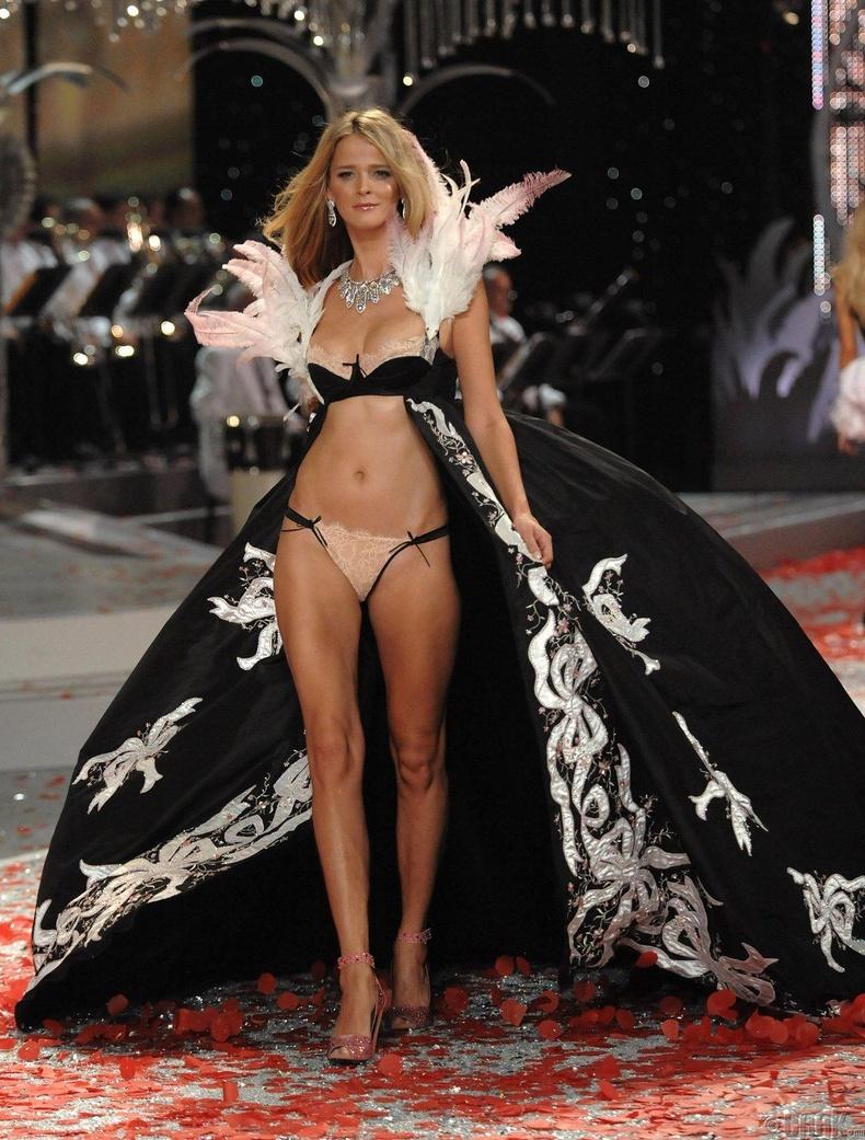 2008 онд  Флорида мужийн Фонтейнблау Майами зочид буудалд болсон шоуны хувцаслалт ер бусын тансаг болов.