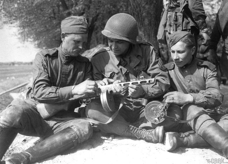 Зөвлөлт-Америкийн цэргүүд Элба голын эрэг дээр