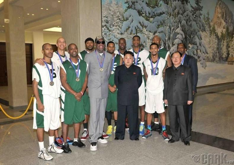 Хойд Солонгосын Хваебул багтай хийсэн тоглолтын дараа NBA тамирчидтай, 2014 оны 1 сарын 9