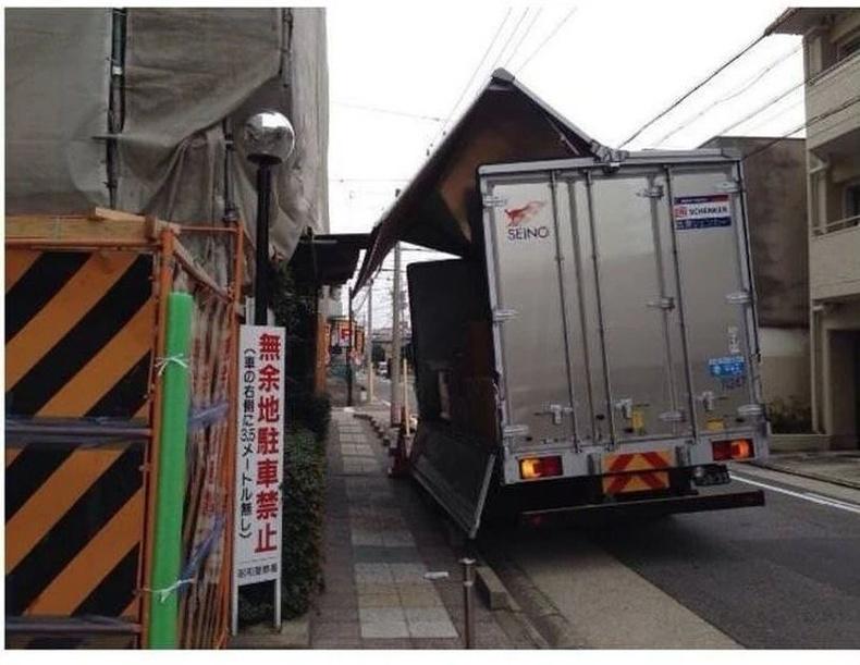 Японы ачааны машинууд заримдаа хажуу талаараа онгойж, ачаагаа буулгадаг