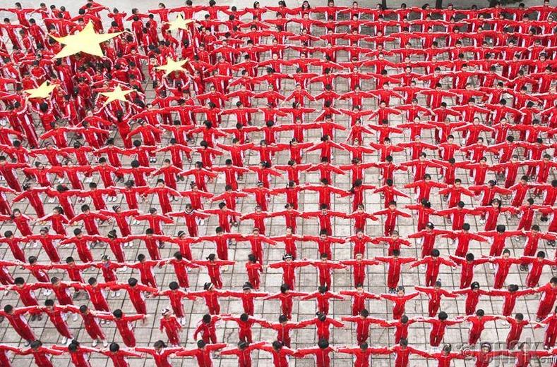 Удахгүй болох парадад зориулж Хятадын төрийн далбааг бүтээх бэлтгэлээ хийж буй сурагчид