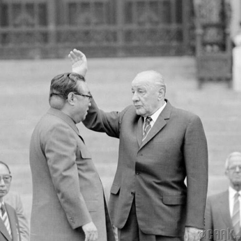 Дарангуйлагч Ким Ир Сен толгойдоо маш том хавдартай байжээ. Ийм учраас тэрээр авахуулсан зураг болгоноо засварлуулдаг байв.
