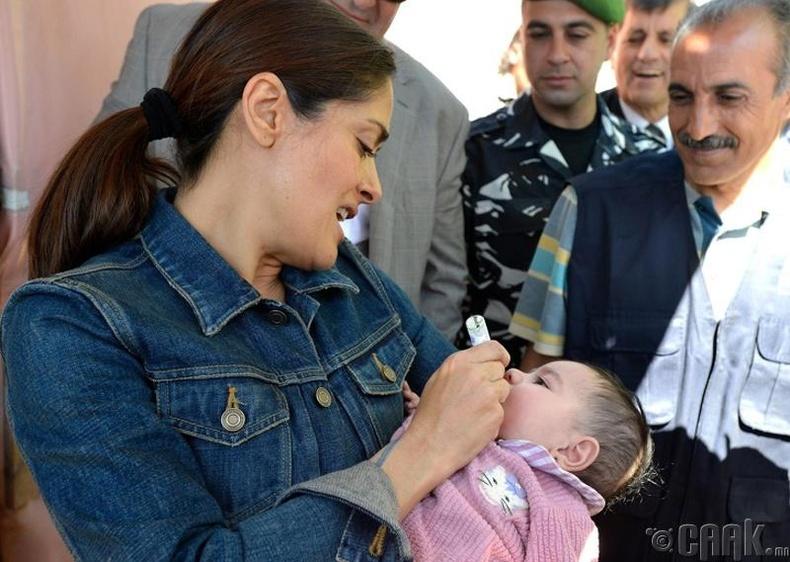 Сальма Хайек (Salma Hayek) хүүхэд хөхүүлэх хоббитой