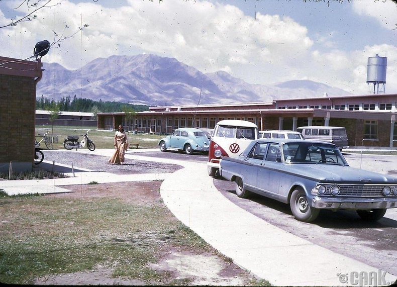 Кабул дахь Америкийн Олон Улсын Сургуулийн машины зогсоол.