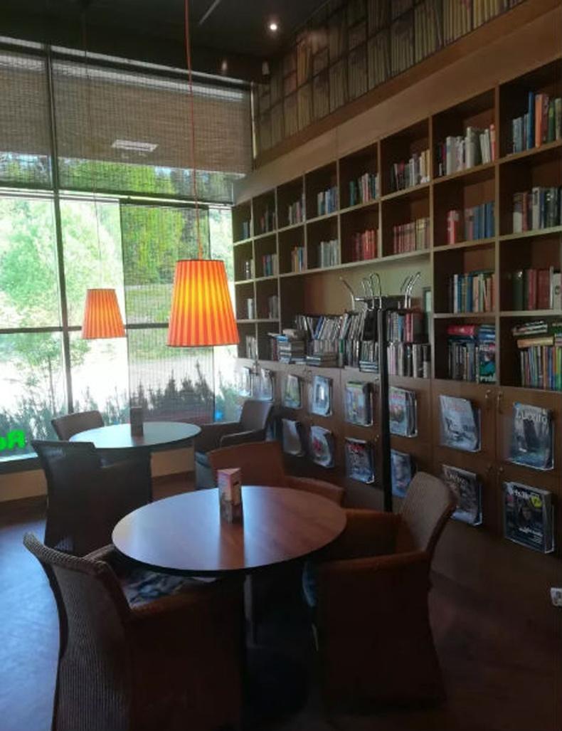 Энд шатахуун түгээгүүрийн газрууд нь номын сантай байдаг