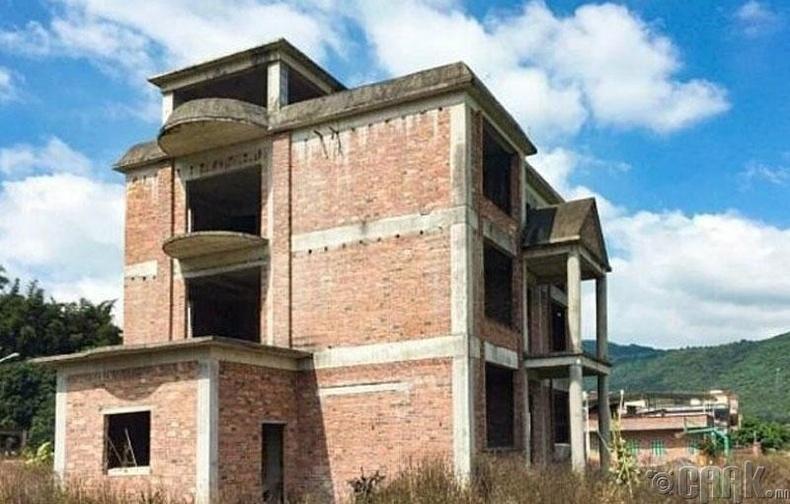 Өнгөрсөн жил бүсгүйчүүд Гуанжоу хотоос 70 км талбайтай нэгэн дутуу баригдсан барилгыг худалдаж авчээ