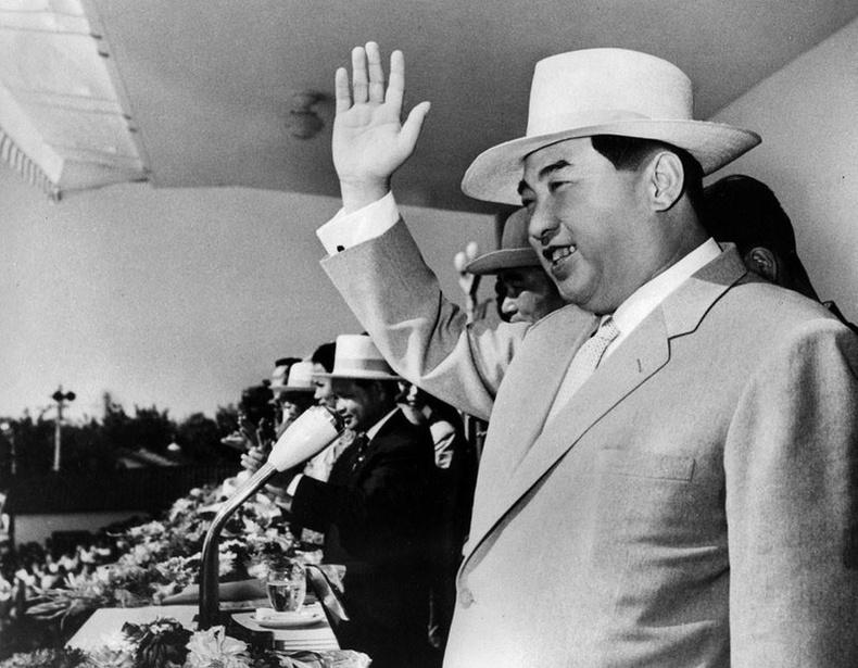 Ким Ир Сен БНАСАУ байгуулагдсаны 16 жилийн ойд зориулсан жагсаал дээр. 1964 он