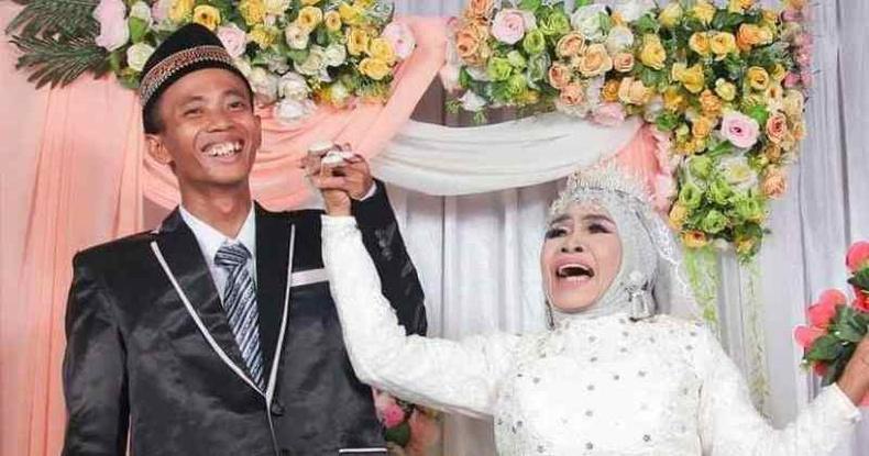 Нөхрөө өөрөө өсгөсөн Индонез эмэгтэй