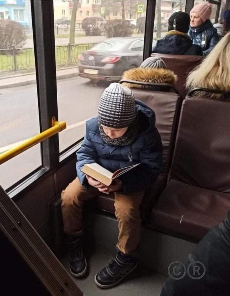 Нийтийн тээвэрт ном уншаад сууж буй хүүхэд харах өнөө цагт тун ховор шүү