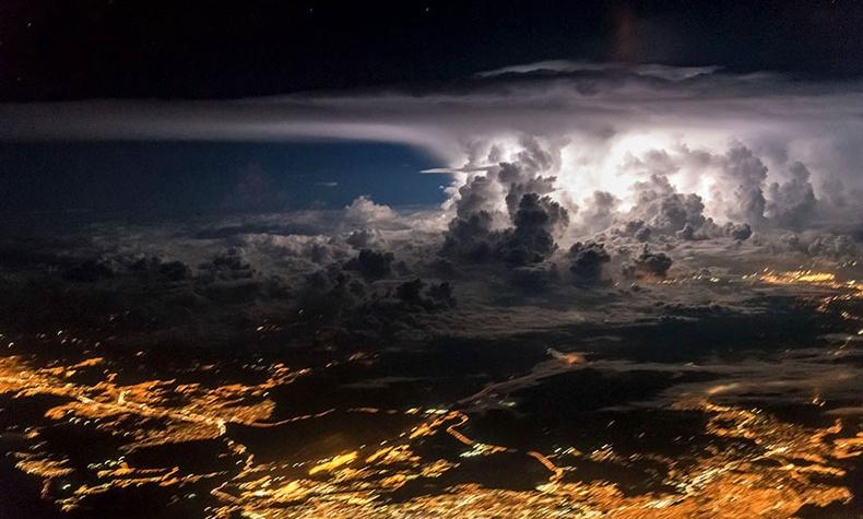 """Онгоцны нисгэгч залуугийн """"ажил дээрээ"""" дарсан гайхалтай гэрэл зургууд"""