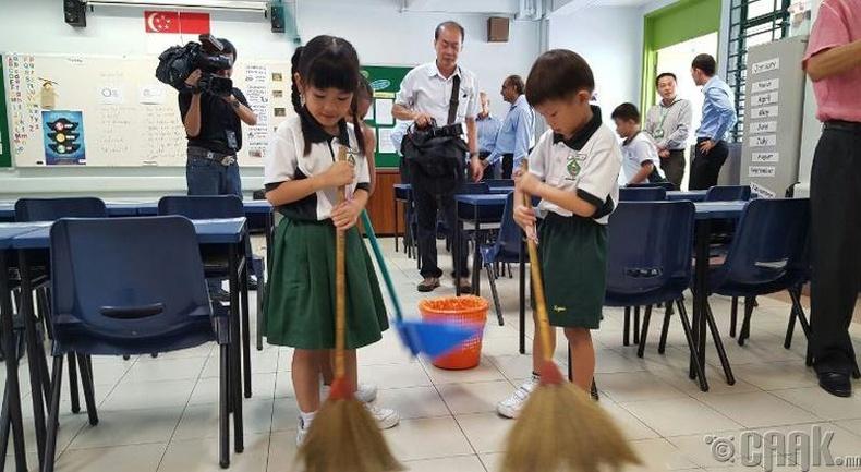 Сурагчид сургууль, анги танхимаа цэвэрлэдэг